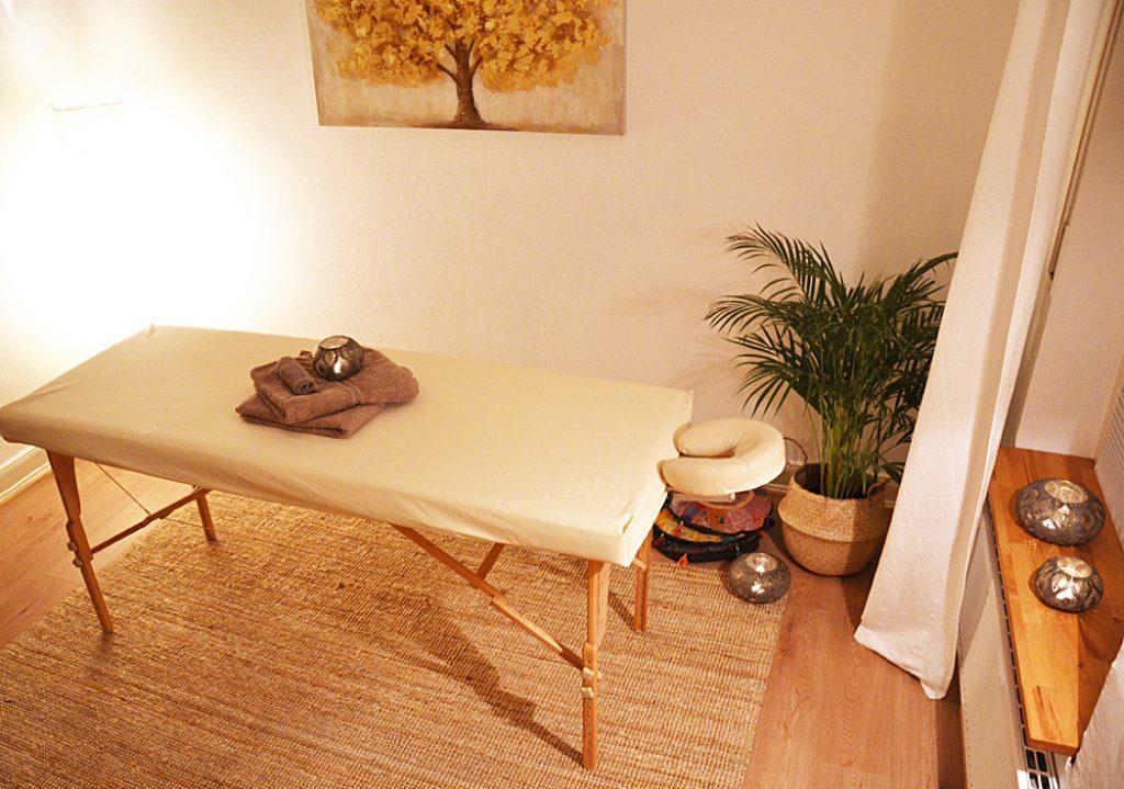 Massage Schneider Köln Praxisraum mit Liege